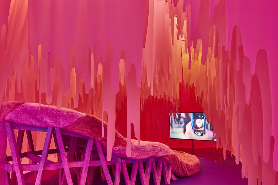 sculpture installation sofa tongue intimity