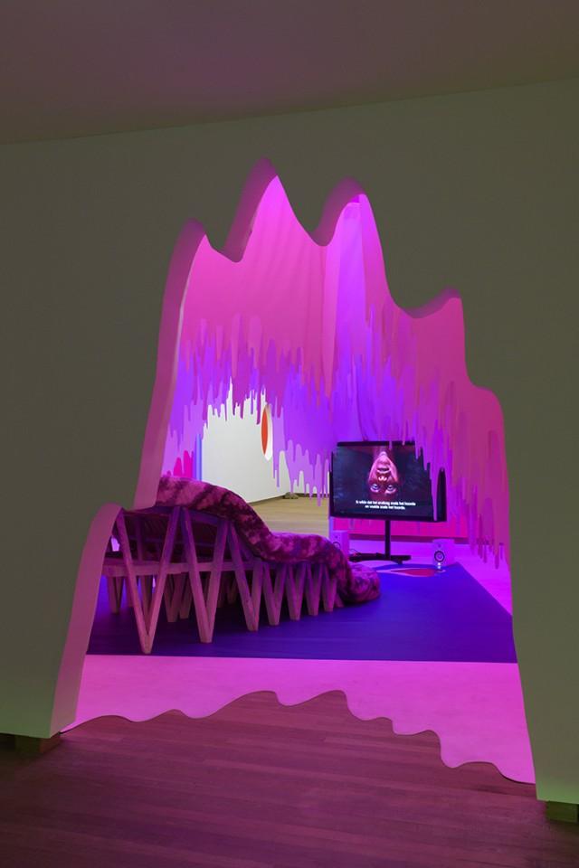 sculpture installation scenography tongue sofa